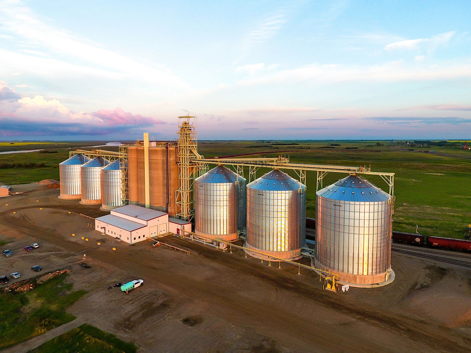 Northgate concrete silos with inner stice bins inland grain terminal engineering Ag-industrial Agribusiness Interstice Steel bins Bushels Tandem receiving Rail car shipping Cleaner line Grain terminal design construction Design-build Slipform concrete silos