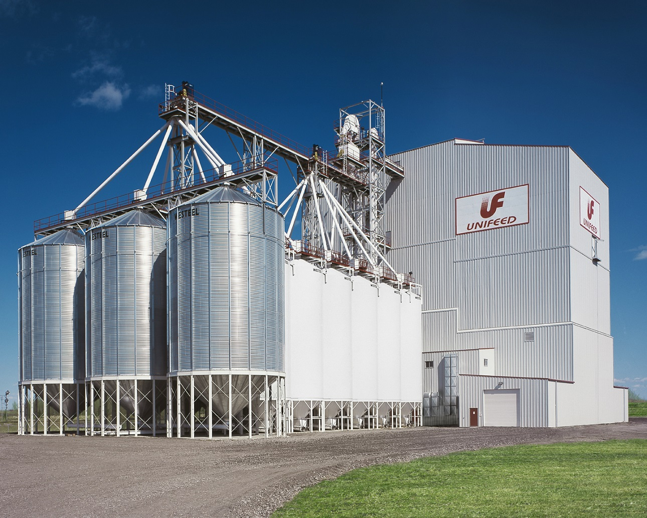 Unifeed bins warehouse feed truck loadout processing Ag-industrial Agribusines Edmonton Bag feeds Bulk Pelleted Mash Process bins HACCP Feed mill Construction management